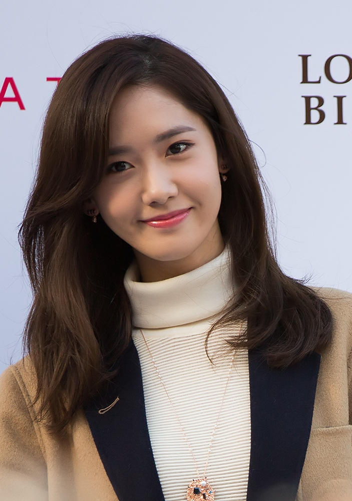 SNSDs Yoona Gets Emotional Receiving the Thoughtful Gifts