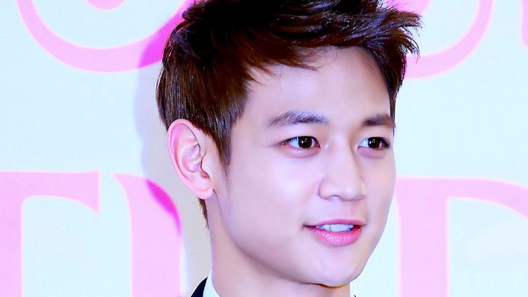 SHINee's Minho Holds First Vlive After Discharge, Thanks All Of Korea's Girl Groups, Especially TWICE