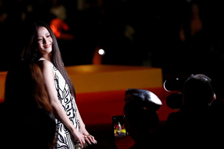 BLACKPINK's Jisoo's Paris Fashion Week Appearance Looks Like Zombie Movie Due To Horde Of Fans
